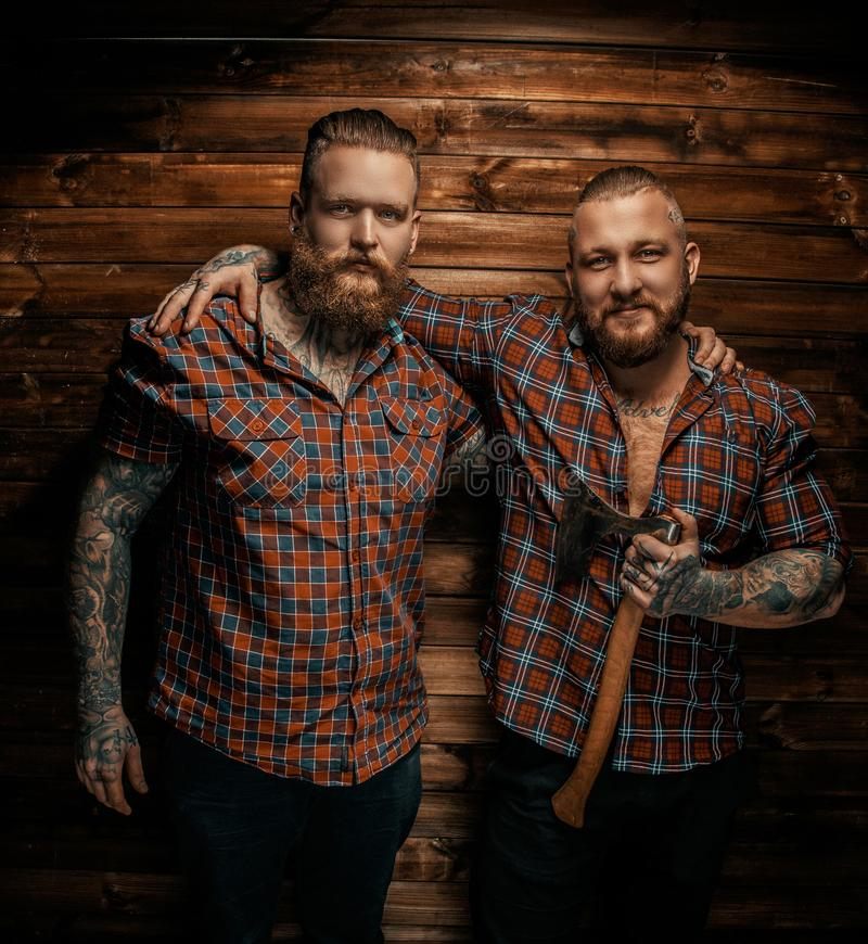 Due equipaggiano con le barbe ed il tatuaggio fotografia stock libera da diritti