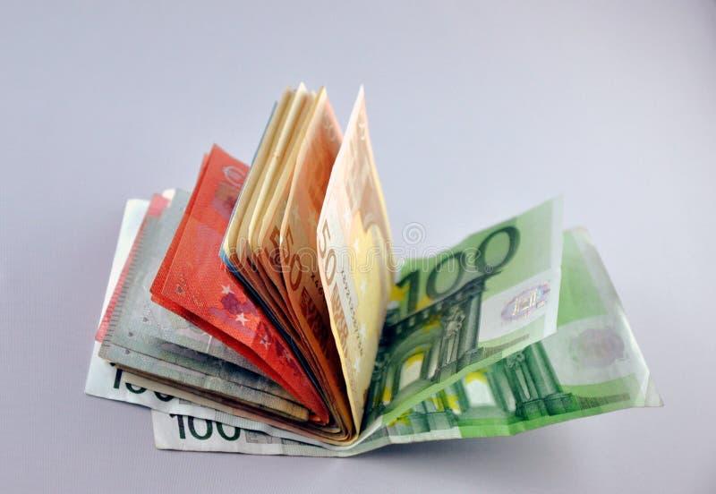 Due euro note con la riflessione fotografie stock