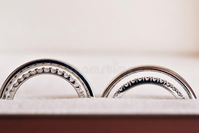 Due fedi nuziali nel segno di infinito Concetto di amore le nozze di due gemelli delle sorelle fotografie stock libere da diritti