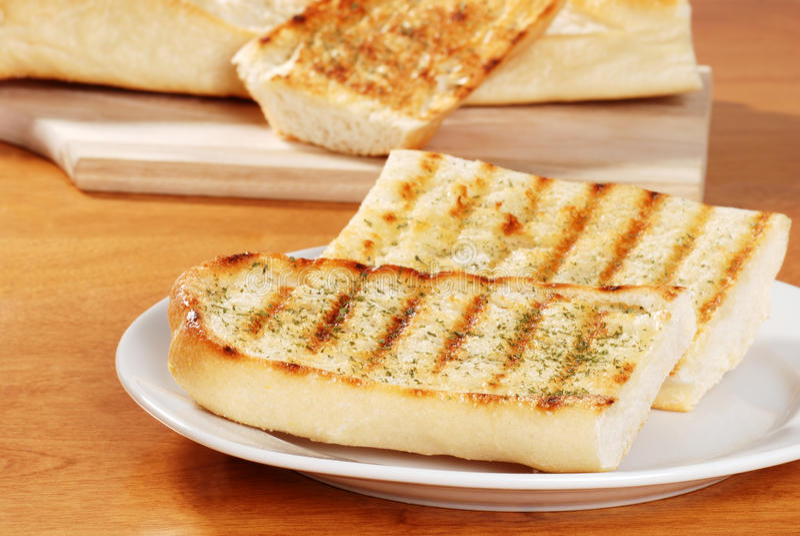 Due fette di pane di aglio immagine stock libera da diritti