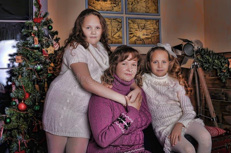Due figlie con la madre fotografia stock