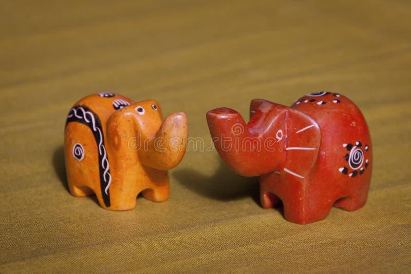 Due figurine fatte a mano dell'elefante che si affrontano immagine stock libera da diritti