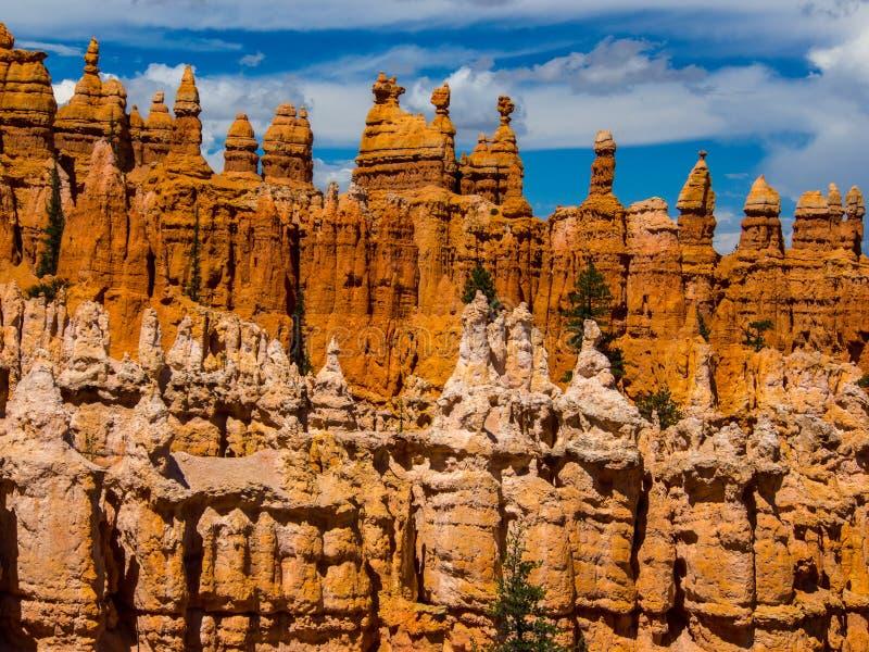 Due file delle formazioni rocciose del menagramo fotografia stock