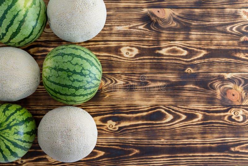 Due file di alternare i meloni maturi su legno fotografie stock libere da diritti