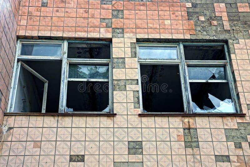 Due finestre con la casa murata mattone rotto di vetro non piastrellata immagine stock - La casa di vetro ...