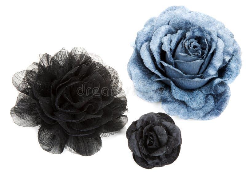 Due fiore neri ed un blu è aumentato da merletto fotografia stock
