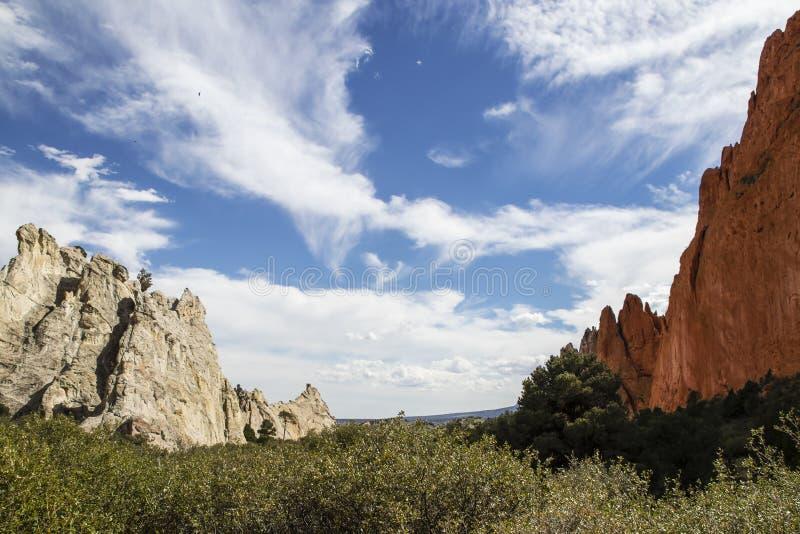 Due formazioni di pietra di contrapposizione sporgono parallelamente su vicino a Colorado Springs ed a Rocky Mountains U.S.A. - u fotografia stock