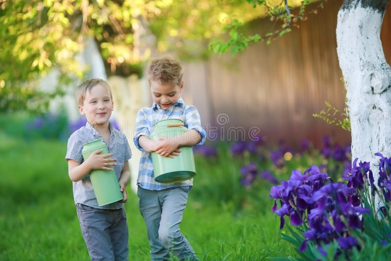 Due fratelli bei divertendosi mentre sedendosi fuori nel giardino immagini stock libere da diritti