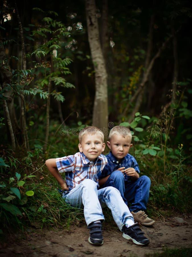 Due fratelli che si abbracciano all'aperto fotografia stock