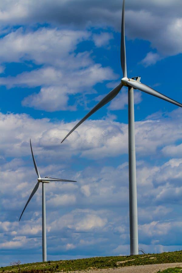 Due generatori eolici industriali di energia verde in Oklahoma. fotografia stock