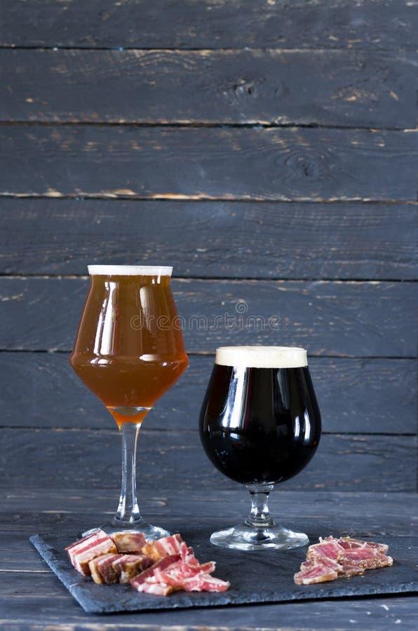Due generi di birra birra scura e leggera fotografia stock