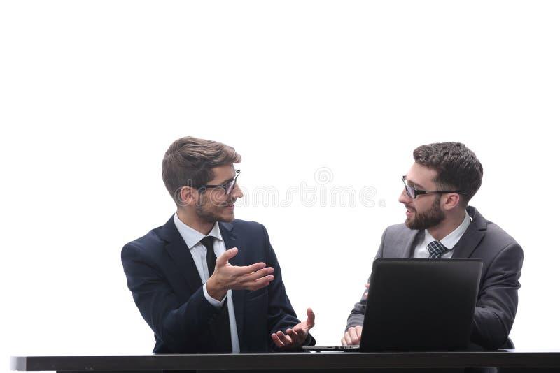 Due genti di affari che discutono le notizie online Isolato su bianco immagine stock