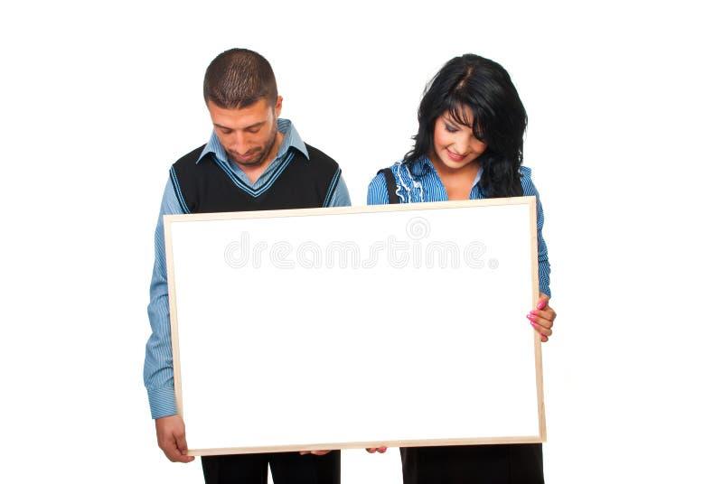 Due genti di affari con cartone fotografie stock