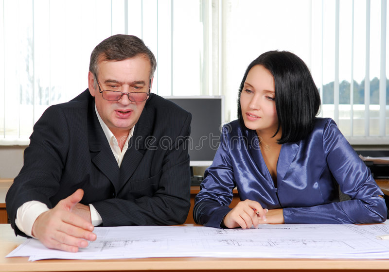 Due genti di affari di funzionamento immagine stock