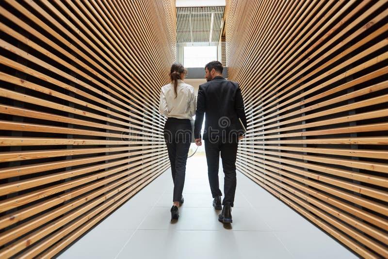 Due genti di affari nell'ufficio moderno fotografie stock libere da diritti