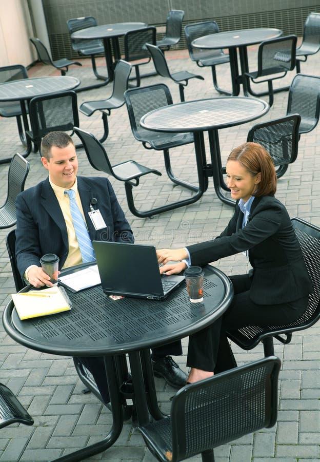 Due genti di affari si siedono esterno fotografia stock
