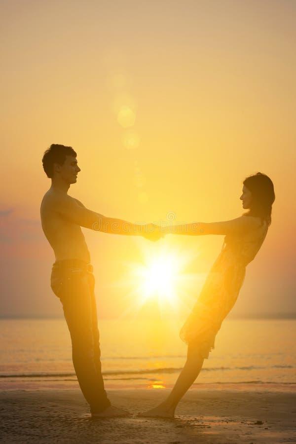 Due genti nell'amore al tramonto immagini stock libere da diritti