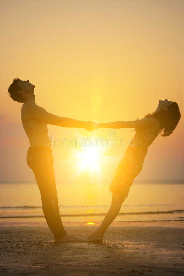 Due genti nell'amore al tramonto fotografie stock