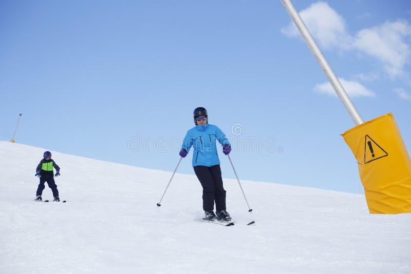 Due genti stanno sciando fotografia stock