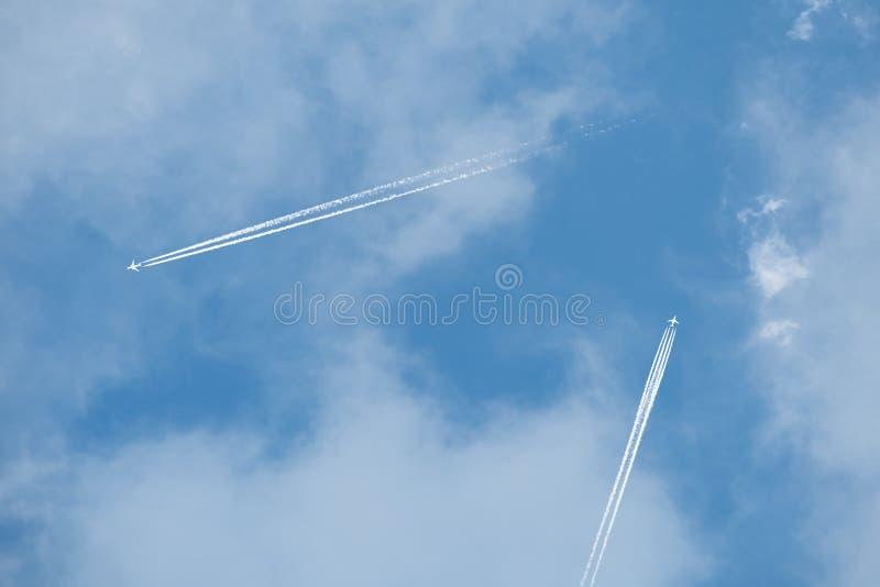 Due getti nelle nuvole fotografia stock libera da diritti