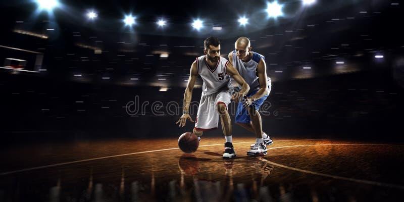 Due giocatori di pallacanestro nell'azione fotografia stock libera da diritti