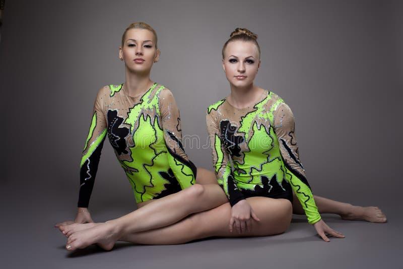 Due giovani acrobate di bellezza si distendono il ritratto fotografia stock libera da diritti