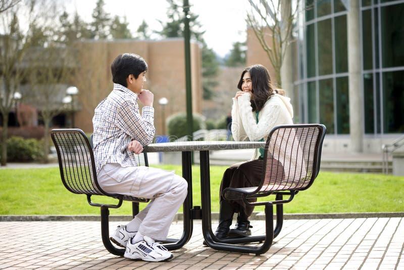 Due giovani adolescenti che si siedono conversazione fotografie stock libere da diritti