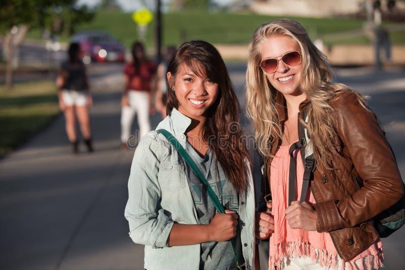 Due giovani allievi all'aperto fotografia stock