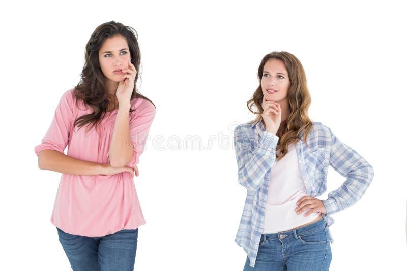 Due giovani amici femminili casuali premurosi immagini stock