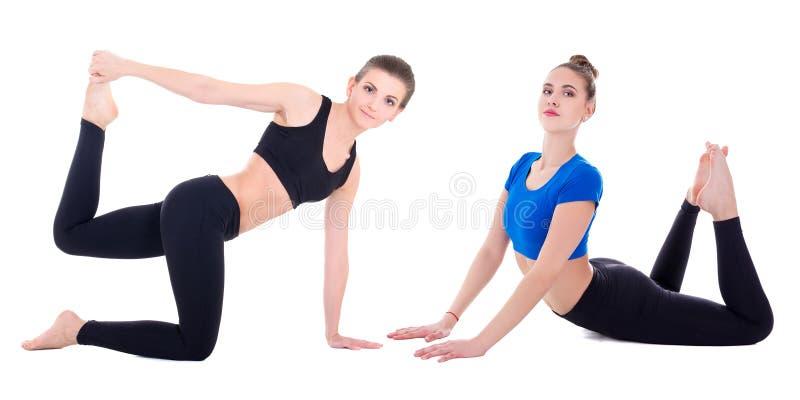 Due giovani belle donne sportive che fanno l'allungamento esercita l'isolante immagine stock libera da diritti
