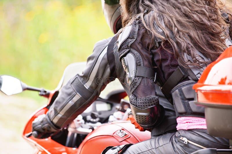Due giovani che conducono motocicletta immagini stock