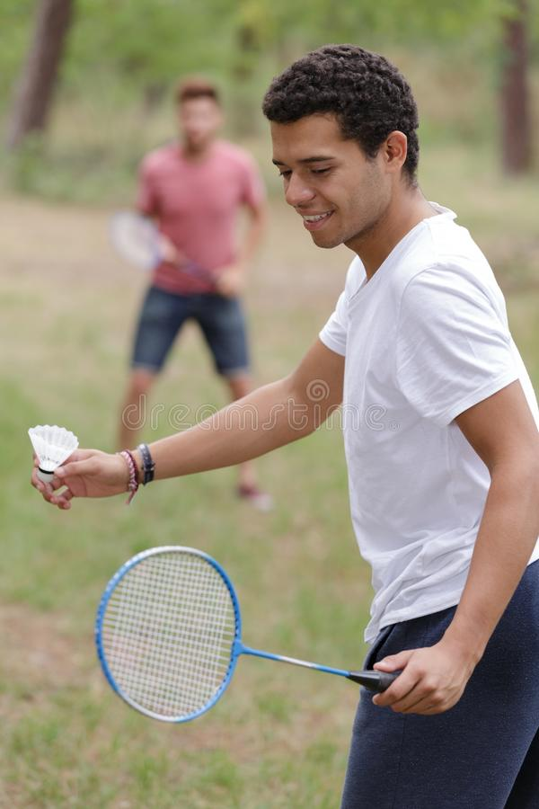 Due giovani che giocano a badminton all'aperto fotografia stock libera da diritti