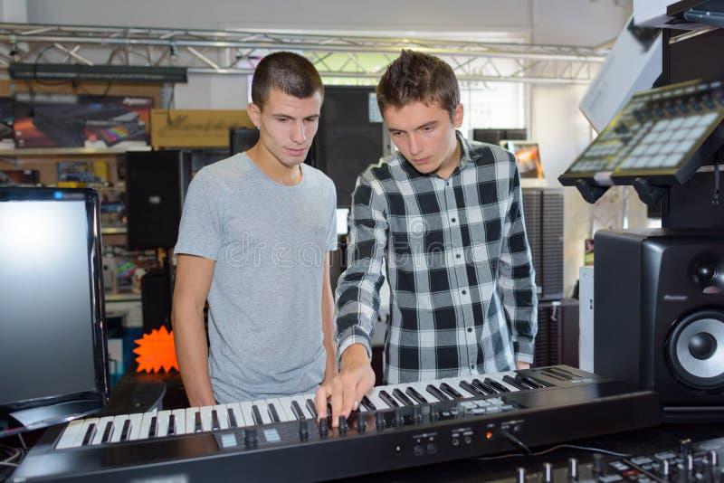 Due giovani con sythesizer immagine stock libera da diritti