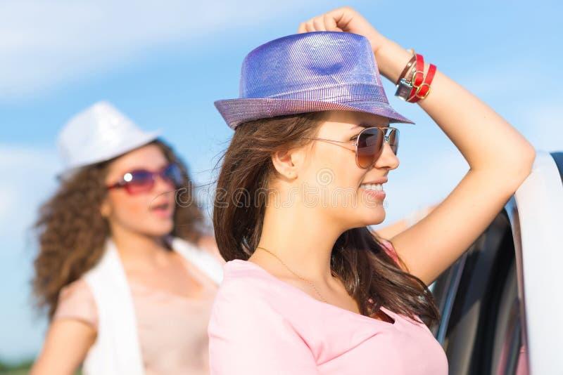 Due giovani donne attraenti che indossano gli occhiali da sole fotografie stock