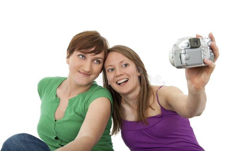 Due giovani donne che catturano un autoritratto immagine stock