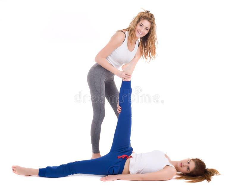 Due giovani donne che praticano nello studio immagini stock