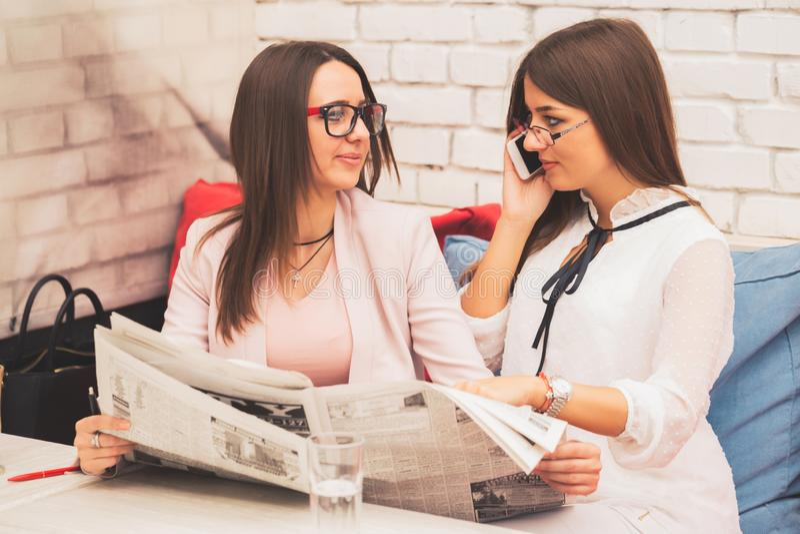 Due giovani donne stanno iniziando insieme un nuovo lavoro immagini stock libere da diritti