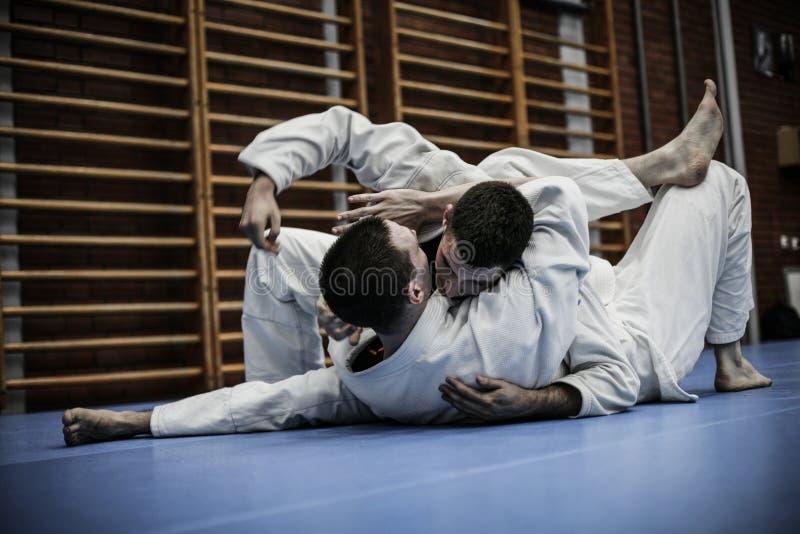 Due giovani maschi che praticano judo fotografia stock