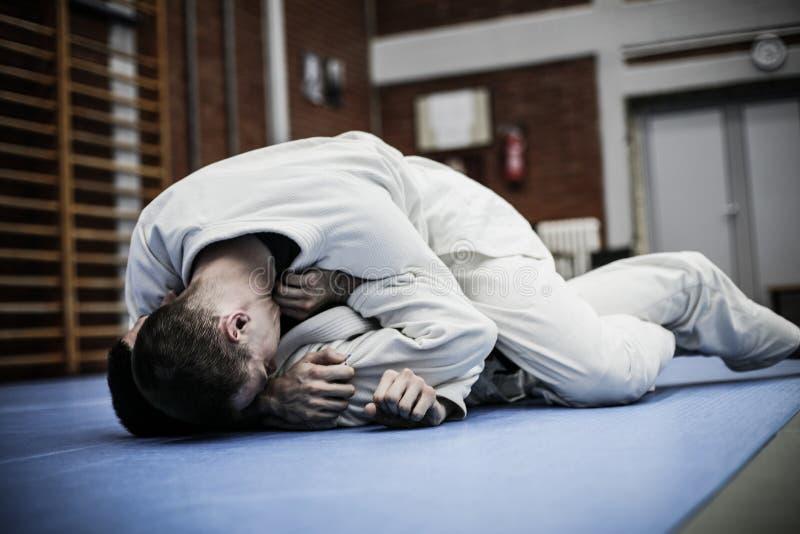 Due giovani maschi che praticano judo fotografie stock libere da diritti