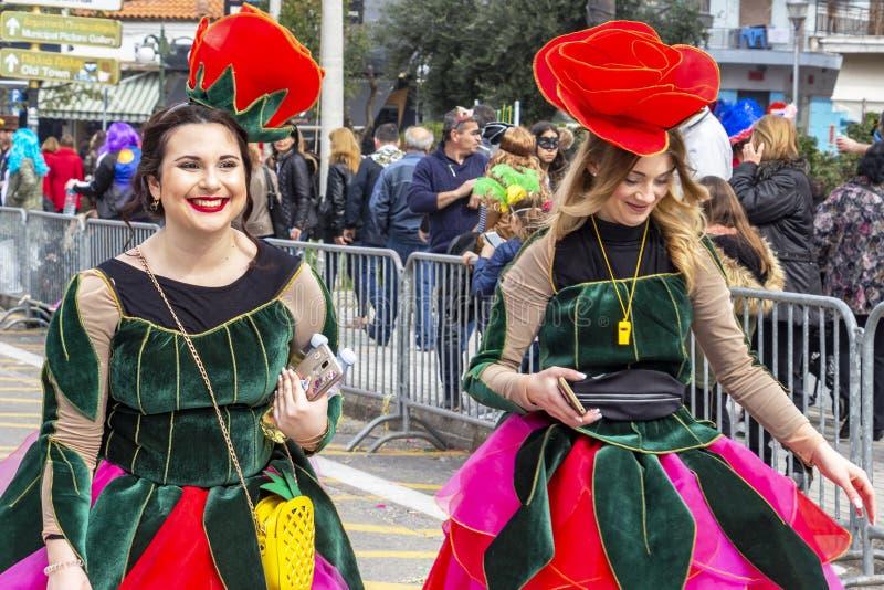 Due giovani partecipanti femminili di parata di carnevale, Xanthi, Grecia di nordest immagini stock libere da diritti