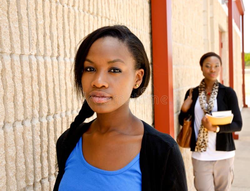 Due giovani ragazze di istituto universitario africane fotografia stock