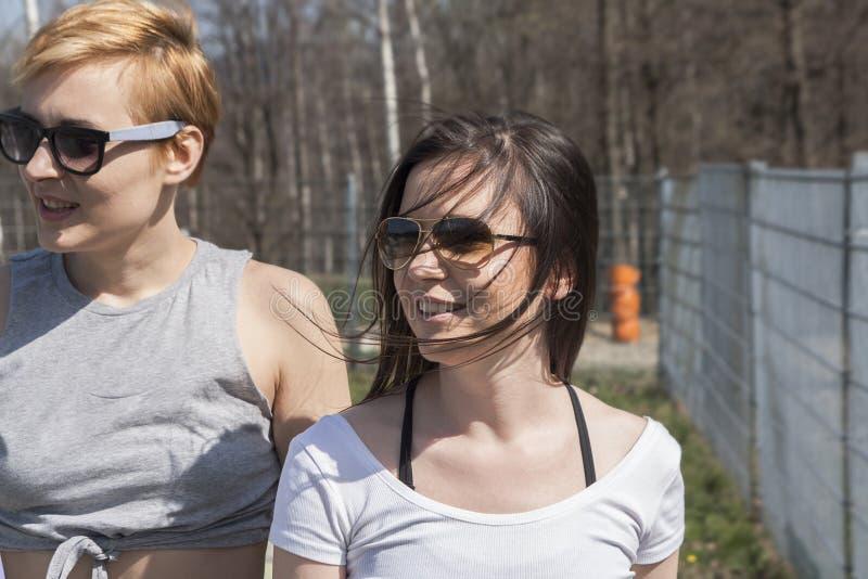 Due giovani ragazze sembranti naturali dei migliori amici immagini stock libere da diritti