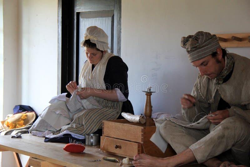 Due giovani si sono vestiti in abbigliamento di periodo, dimostrante la vita in America in anticipo, Ticonderoga forte, New York, immagini stock