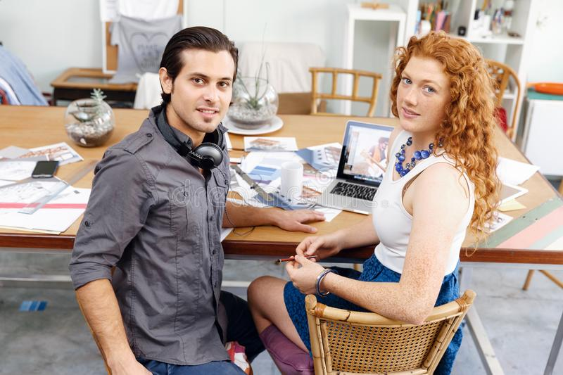 Due giovani in ufficio immagini stock libere da diritti
