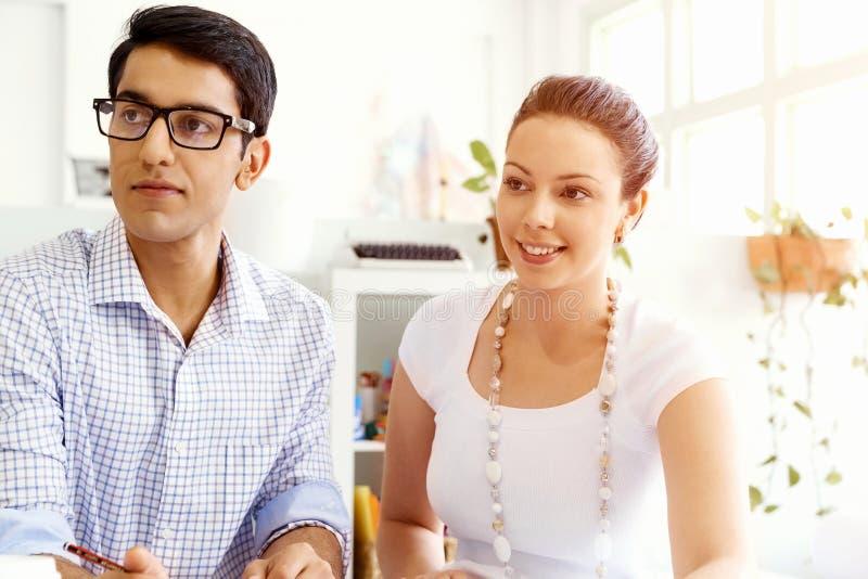 Due giovani in ufficio fotografia stock libera da diritti
