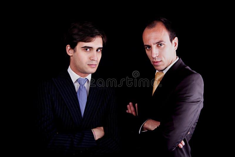 Due giovani uomini d'affari con uno sguardo serio fotografia stock