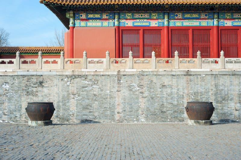 Due grandi calderoni dell'acqua nel cortile principale della Città proibita, Pechino fotografia stock libera da diritti