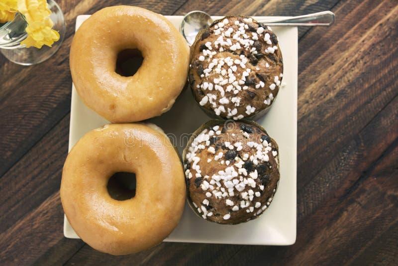 Due guarnizioni di gomma piuma e muffin zuccherati impilati immagine stock libera da diritti