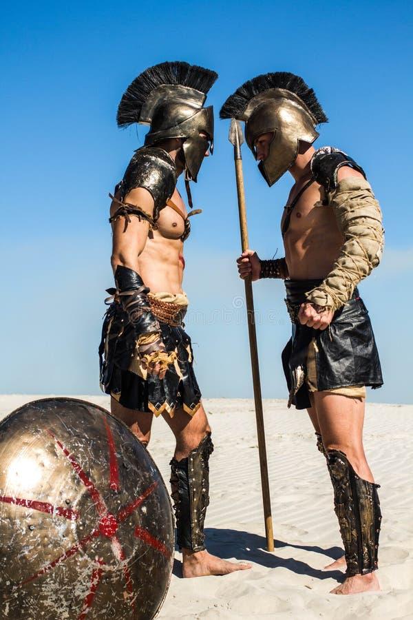 Due guerrieri romani antichi faccia a faccia immagini stock