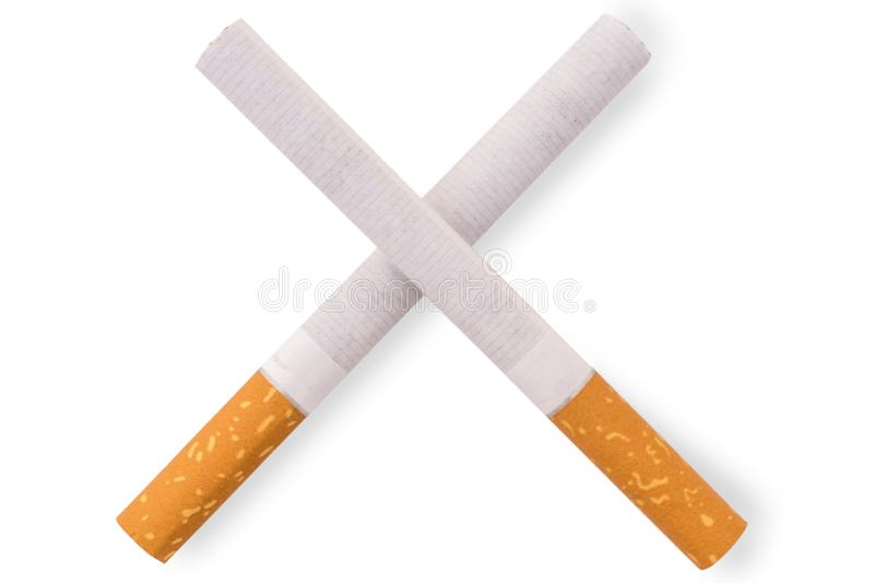 Due hanno attraversato le sigarette davanti a fondo bianco fotografia stock